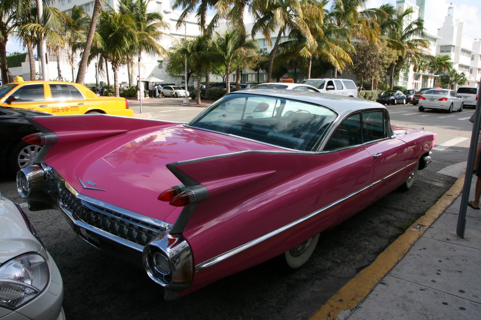La Collins Avenue en Miami y un coche clásico