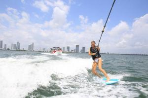 wakeboard-y-wakesurf-en-miami-in-miami-viator